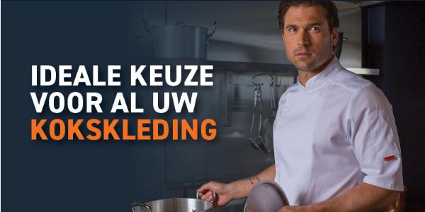 Torso van een man in een witte koksbuis met korte mouwen en een steelpan in zijn hand.