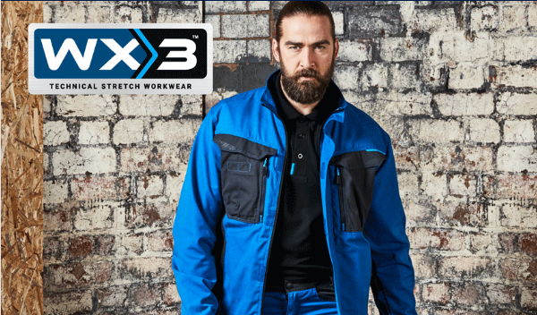 Man met baard in blauwe werkkleding uit de WX3-collectie van Portwest.